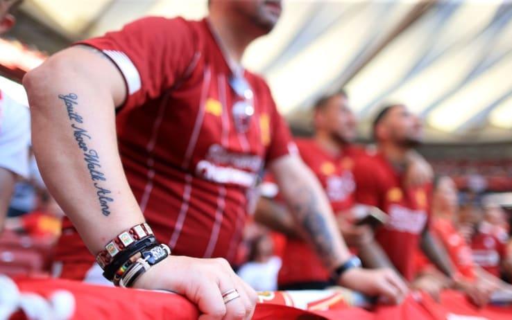"""Un tifoso del Liverpool con il tatuaggio: """"You'll never walk alone"""""""