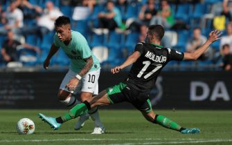 REGGIO NELL'EMILIA, ITALY - OCTOBER 20:  Lautaro Martinez of FC Internazionale is challenged by Mert Muldur of US Sassuolo during the Serie A match between US Sassuolo and FC Internazionale at Mapei Stadium - Citta del Tricolore on October 20, 2019 in Reggio nell'Emilia, Italy  (Photo by Emilio Andreoli/Getty Images)