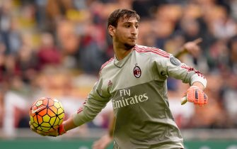 MILAN, ITALY - OCTOBER 25:  Gianluigi Donnarumma of AC Milan in action during the Serie A match between AC Milan and US Sassuolo Calcio at Stadio Giuseppe Meazza on October 25, 2015 in Milan, Italy.  (Photo by Claudio Villa/Getty Images)
