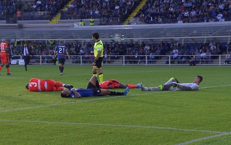 Atalanta-Udinese, rigore e strike: in 4 finiscono a terra. VIDEO