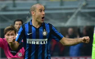 Inter Milan's forward from Argentina Rodrigo Palacio celebrates after scoring during the Italian Serie A football match between Inter Milan and Carpi at San Siro Stadium in Milan on January 24, 2016. AFP PHOTO / GIUSEPPE CACACE / AFP / GIUSEPPE CACACE        (Photo credit should read GIUSEPPE CACACE/AFP/Getty Images)