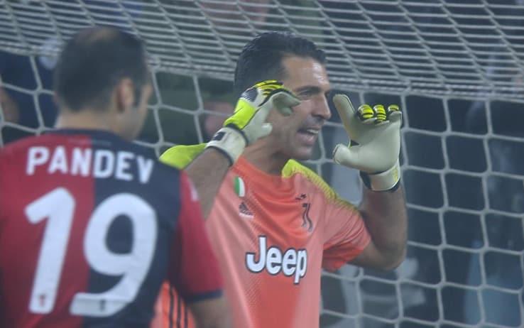 Gigi Buffon sprona i compagni durante il match con il Genoa