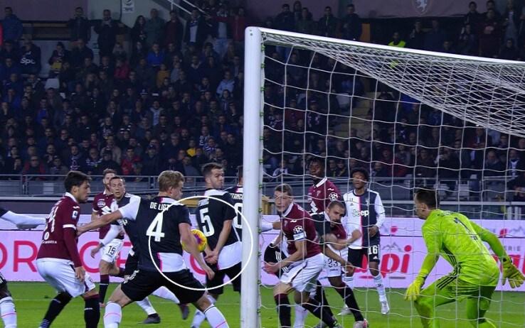 Il tocco di braccio di de Ligt in Torino-Juve: non è calcio di rigore