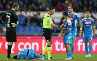 ROME, ITALY - NOVEMBER 02:  Referee Gianluca Rocchi speaks with Lorenzo Insigne of SSC Napoli during the Serie A match between AS Roma and SSC Napoli at Stadio Olimpico on November 2, 2019 in Rome, Italy.  (Photo by Paolo Bruno/Getty Images)