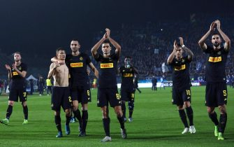 BRESCIA, ITALY - OCTOBER 29:  The FC Internazionale players salute the crowd at the end of the Serie A match between Brescia Calcio and FC Internazionale at Stadio Mario Rigamonti on October 29, 2019 in Brescia, Italy.  (Photo by Marco Luzzani/Getty Images)