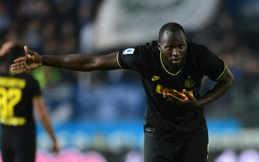 Inter Milan's Belgian forward Romelu Lukaku celebrates scoring his team's second goal during the Italian Serie A football match Brescia vs Inter Milan on October 29, 2019 at the Mario-Rigamonti stadium in Brescia. (Photo by Miguel MEDINA / AFP) (Photo by MIGUEL MEDINA/AFP via Getty Images)
