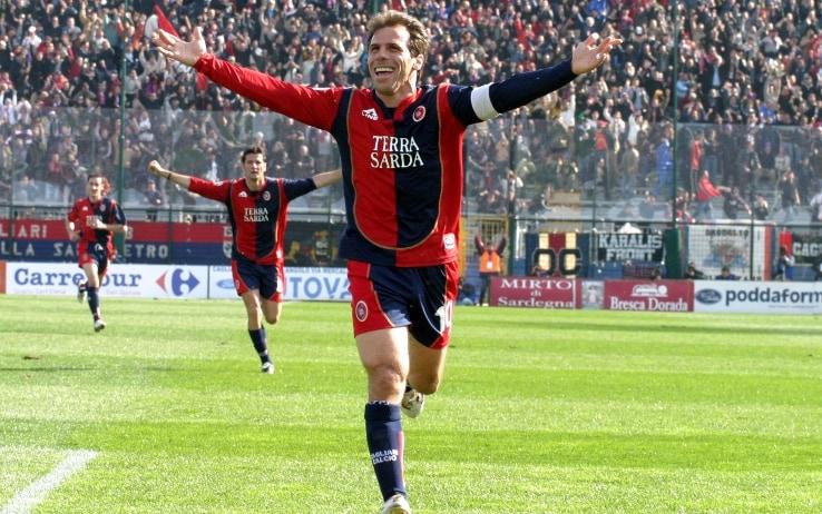 Gianfranco Zola esulta dopo un gol con il Cagliari