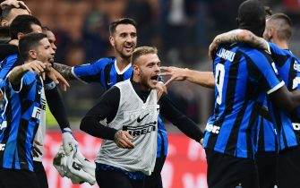 Inter Milan's Italian defender Federico Dimarco (C), Inter Milan's Uruguayan midfielder Matias Vecino (Rear C) and teammates celebrate at the end of the Italian Serie A football match AC Milan vs Inter Milan on September 21, 2019 at the San Siro stadium in Milan. (Photo by Miguel MEDINA / AFP)        (Photo credit should read MIGUEL MEDINA/AFP via Getty Images)