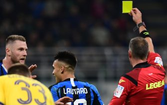Inter Milan's Argentinian forward Lautaro Martinez (C) is shown a yellow card during the Italian Serie A football match Inter Milan vs Hellas Verona on November 9, 2019 at the San Siro stadium in Milan. (Photo by Miguel MEDINA / AFP) (Photo by MIGUEL MEDINA/AFP via Getty Images)