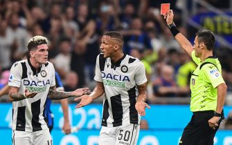 Italian referee Maurizio Mariani  (R) gives a red card to Udinese's Argentinian forward Rodrigo de Paul (L) as Udinese's Brazilian defender Rodrigo Becao reacts during the Italian Serie A football match Inter Milan vs Udinese on September 14, 2019 at the San Siro stadium in Milan. (Photo by Miguel MEDINA / AFP)        (Photo credit should read MIGUEL MEDINA/AFP via Getty Images)