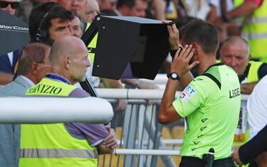 Referee Fabrizio Pasqua  looks at the VAR monitor during the Italian Serie A soccer match Parma Calcio vs Cagliari Calcio at Ennio Tardini stadium in Parma, Italy, 15 September 2019. ANSA/ELISABETTA BARACCHI