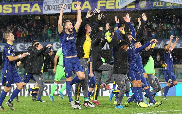 I giocatori del Verona esultano dopo l'1-0 contro la Fiorentina