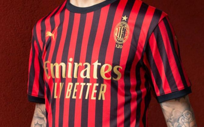 https://static.sky.it/images/skysport/it/calcio/serie-a/2019/12/02/milan-maglia-120-anni/01_maglia_milan_120.jpg.transform/gallery-horizontal-mobile-2x/a07d60492b9306bba072c790d8fab6fb68292595/img.jpg
