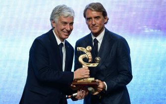 Italian National head coach Roberto Mancini (R) hands the best head coach of the Italian championship award to Atalanta's Italian head coach Gian Piero Gasperini during the 'Gran Gala del Calcio' awards ceremony, organised by the Italian Footballers' Association (AIC), on December 2, 2019, in Milan. (Photo by MIGUEL MEDINA / AFP) (Photo by MIGUEL MEDINA/AFP via Getty Images)