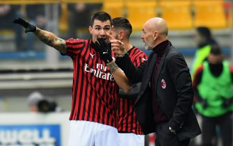 PARMA, ITALY - DECEMBER 01:  Stefano Pioli head coach of AC Milan  issues instructions to  Alessio Romagnoli of AC Milan during the Serie A match between Parma Calcio and AC Milan at Stadio Ennio Tardini on December 1, 2019 in Parma, Italy.  (Photo by Alessandro Sabattini/Getty Images)