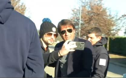 Conte, selfie coi tifosi aspettando Lazio-Juve