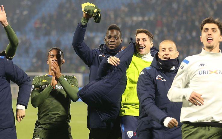 Balotelli festeggia coi compagni al termine di Spal-Brescia 0-1