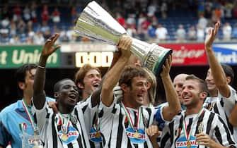 ***** Collection Juventus *****© MARCO ROSI \ LAPRESSE3-08-2003 NEW YORKSPORT - CALCIOFINALE SUPER COPPA ITALIANA AL GIANTS STADIUM  MILAN - JUVENTUSNELLA FOTO CIRO FERRARA ALZA LA COPPA