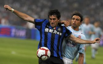 "(FILES) TO GO WITH AFP STORY IN FRENCH : ""Italie - L'Inter sera encore plus dur à battre"" - Picture taken on August 8, 2009 shows Inter Milan's Diego Alberto Milito (L) fighting for the ball with Lazio's Sebastiano Seville during the Italian Super Cup match in Beijing, China. Despite that Swedish football star Zlatan Ibrahimovic left Inter Milan, the club is reinforced for the 2009 season by four new recruits : Eto'o, Brazilian Lucio, Argentinian Diego Alberto Milito and Brazilian Thiago Motta.  AFP PHOTO LIU Jin (Photo credit should read LIU JIN/AFP via Getty Images)"