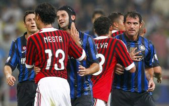 epa02857550 AC Milan's Alessandro Nesta (L) and Inter Milan's Dejan Stankovic (R) are contained by other players after an altercation broke out during the Italian Super Cup soccer match at the National Stadium, better known as the Birds Nest, in Beijing, China, 06 August 2011.  EPA/DIEGO AZUBEL