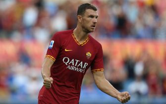 ROME, ITALY - SEPTEMBER 15:  Edin Dzeko of AS Roma celebrates after scoring the team's second goal during the Serie A match between AS Roma and US Sassuolo at Stadio Olimpico on September 15, 2019 in Rome, Italy.  (Photo by Paolo Bruno/Getty Images)