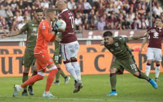 TURIN, ITALY - OCTOBER 27: Robin Olsen of Cagliari Calcio takes the ball during the Serie A match between Torino FC and Cagliari Calcio at Stadio Olimpico di Torino on October 27, 2019 in Turin, Italy. (Photo by Stefano Guidi/Getty Images)