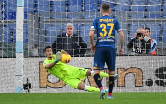 ROME, ITALY - NOVEMBER 10:  Thomas Strakosha of SS Lazio saves a penalty during the Serie A match between SS Lazio and US Lecce at Stadio Olimpico on November 10, 2019 in Rome, Italy.  (Photo by Marco Rosi/Getty Images)