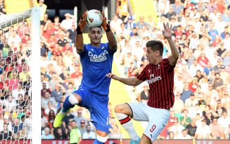 UDINE, ITALY - AUGUST 25: Juan Musso of Udinese Calcio competes for the ball with Krzysztof Piatek of AC MIlan during the Serie A match between Udinese Calcio and AC Milan at Stadio Friuli on August 25, 2019 in Udine, Italy.  (Photo by Alessandro Sabattini/Getty Images)
