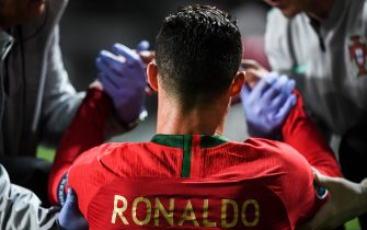 TOPSHOT - Portugal's forward Cristiano Ronaldo is attended by doctors during the Euro 2020 qualifying group B football match between Portugal and Serbia at the Luz stadium in Lisbon on March 25, 2019. (Photo by PATRICIA DE MELO MOREIRA / AFP)        (Photo credit should read PATRICIA DE MELO MOREIRA/AFP via Getty Images)