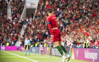 epa07628442 Portugal's Cristiano Ronaldo celebrates after scoring the 1-0 lead during the UEFA Nations League semi final soccer match between Portugal and Switzerland at the Dragao stadium in Porto, Portugal, 05 June 2019.  EPA/JEAN-CHRISTOPHE BOTT