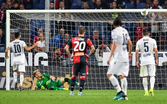 GENOA, ITALY - SEPTEMBER 25: Nicola Sansone of Bologna (left) hits the bar and misses a penalty kick during the Serie A match between Genoa CFC and Bologna FC at Stadio Luigi Ferraris on September 25, 2019 in Genoa, Italy. (Photo by Paolo Rattini/Getty Images)