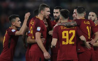 ROME, ITALY - DECEMBER 01:  Edin Dzeko (C) with his teammates of AS Roma celebrates after scoring the opening goal  during the Serie A match between AS Roma and Spal at Stadio Olimpico on December 1, 2017 in Rome, Italy.  (Photo by Paolo Bruno/Getty Images)