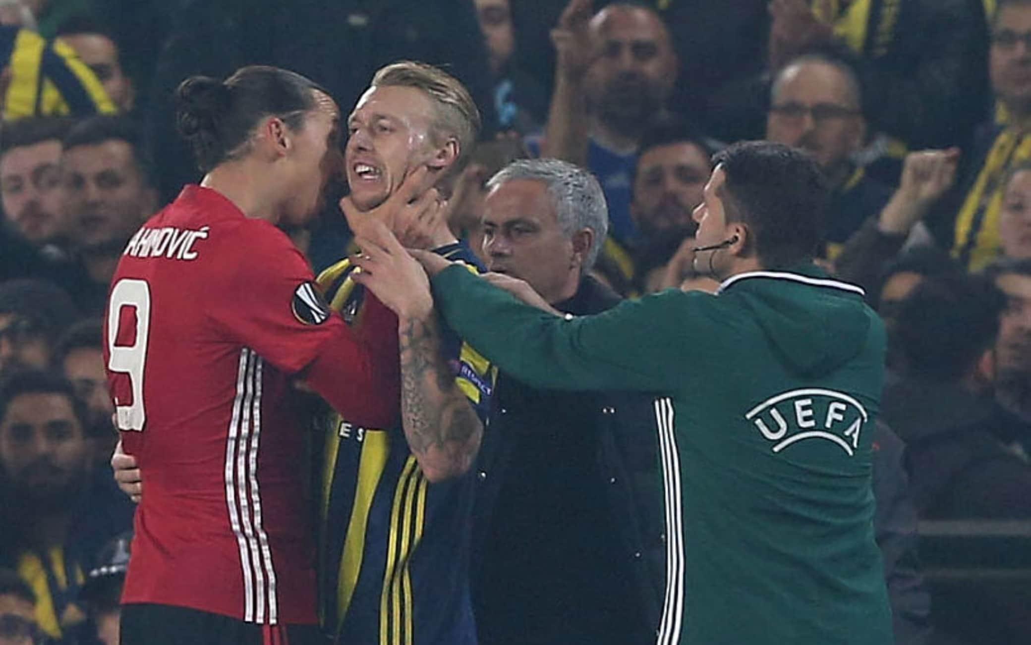 Ibrahimovic, mani sul collo di Kjaer