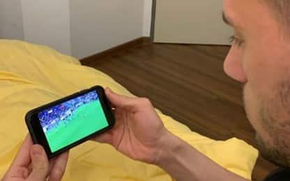 Demiral guarda Juve-Parma sullo smartphone