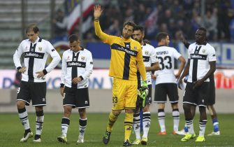 PARMA, ITALY - JANUARY 18:  Parma FC players show their dejection at the end of the Serie A match between Parma FC and UC Sampdoria at Stadio Ennio Tardini on January 18, 2015 in Parma, Italy.  (Photo by Marco Luzzani/Getty Images)
