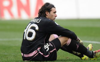 epa02605008 Palermo goalkeeper Salvatore Sirigu looks dejected during their serie A soccer match Palermo vs Udinese at Renzo Barbera stadium in Palermo, Italy, on 27 February 2011. Udinese won 7-0.  EPA/MIKE PALAZZOTTO