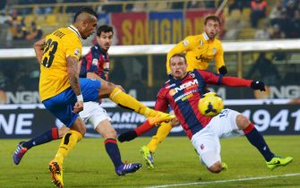 Juventus' striker Arturo Vidal (L) scores against Bologna during the Serie A football match Bologna vs Juventus at Renato Dall'Ara Stadium in Bologna on December 6, 2013. AFP PHOTO / VINCENZO PINTO        (Photo credit should read VINCENZO PINTO/AFP via Getty Images)
