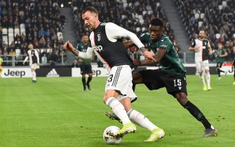TURIN, ITALY - OCTOBER 19:  Federico Bernardeschi of Juventus and  Ibrahima Mbaye  of Bologna compete for the ball during the Serie A match between Juventus and Bologna FC at  on October 19, 2019 in Turin, Italy. (Photo by Etsuo Hara/Getty Images)