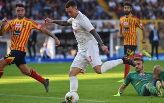 Juventus' Italian forward Federico Bernardeschi (C) shoots on goal after outrunning Lecce's Brazilian goalkeeper Gabriel (R) during the Italian Serie A footbal match Lecce vs Juventus on October 26, 2019 at the Stadio Comunlae Via del Mare in Lecce. (Photo by Alberto PIZZOLI / AFP) (Photo by ALBERTO PIZZOLI/AFP via Getty Images)