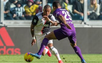 TURIN, ITALY - FEBRUARY 02: (BILD ZEITUNG OUT) Douglas Costa of Juventus and Dalbert of ACF Fiorentina battle for the ball during the Serie A match between Juventus and ACF Fiorentina at Allianz Stadium on February 02, 2020 in Turin, Italy.  (Photo by TF-Images/Getty Images)