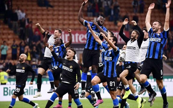L'Inter festeggia la vittoria del derby d'andata
