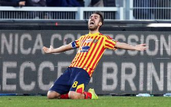 epa08141635 Lecce's Marco Mancosu celebrates after scoring the 1-1 equalizer during the Italian Serie A soccer match between US Lecce and Inter Milan at the Via del Mare stadium in Lecce, Italy, 19 January 2020.  EPA/MARCO LEZZI