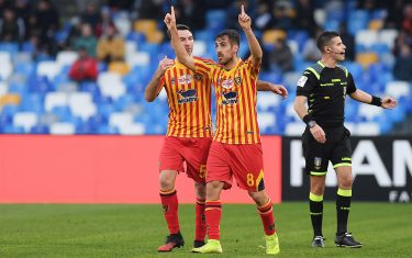 NAPLES, ITALY - FEBRUARY 09: Fabio Lucioni and Marco Mancosu of US Lecce celebrate the 1-3 goal scored by Marco Mancosu during the Serie A match between SSC Napoli and  US Lecce at Stadio San Paolo on February 09, 2020 in Naples, Italy. (Photo by Francesco Pecoraro/Getty Images)