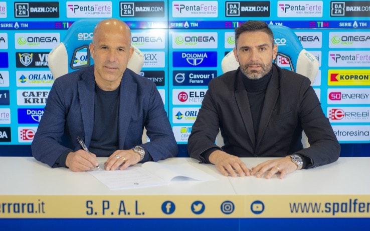 Luigi di Biagio firma il contratto con la Spal al fianco del direttore sportivo Davide Vagnati