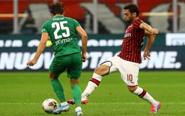 MILAN, ITALY - SEPTEMBER 29:  Hakan Calhanoglu (R) of AC Milan competes for the ball with Federico Chiesa (L) of ACF Fiorentina during the Serie A match between AC Milan and ACF Fiorentina at Stadio Giuseppe Meazza on September 29, 2019 in Milan, Italy.  (Photo by Marco Luzzani/Getty Images)