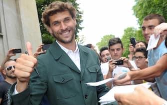 Fernando Llorente incontra i tifosi fuori dalla sede della Juven