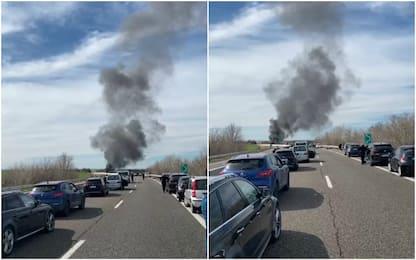 Scontri tra tifosi Bari e Lecce: auto in fiamme
