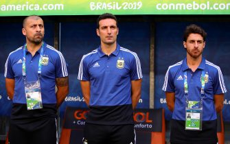 PORTO ALEGRE, BRAZIL - JUNE 23: Argentina coach Lionel Scaloni looks on next to his assistants Walter Samuel (L) and Pablo Aimar (R) during the Copa America Brazil 2019 group B match between Qatar and Argentina at Arena do Gremio on June 23, 2019 in Porto Alegre, Brazil. (Photo by Chris Brunskill/Fantasista/Getty Images)