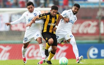 epa06211331 Penarol Walter Gargano (C) vies for the ball with Nacional's Tabare Viudez (L) and Rodrigo Aguirre (R) during Clausura tournament soccer match between Penarol and Nacional in Montevideo, Uruguay, 17 September 2017.  EPA/Federico Anfitti
