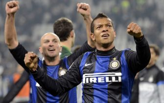 TURIN, ITALY - NOVEMBER 03:  Fredy Guarin (R) and Esteban Cambiasso of FC Inter Milan celebrate victory at the end of the Serie A match between Juventus FC and FC Internazionale Milano at Juventus Arena on November 3, 2012 in Turin, Italy.  (Photo by Claudio Villa/Getty Images)